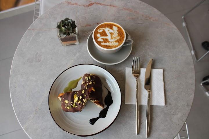 مقهي القهوة المختصة اي في دبي
